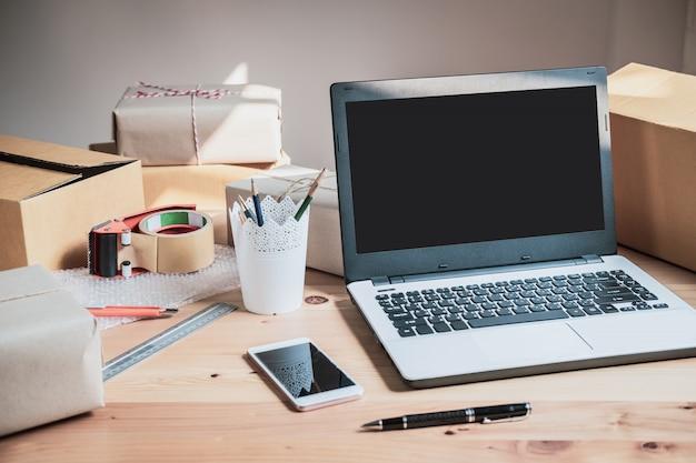 Bureau de démarrage de petite entreprise à la maison, concept de commerce et de livraison
