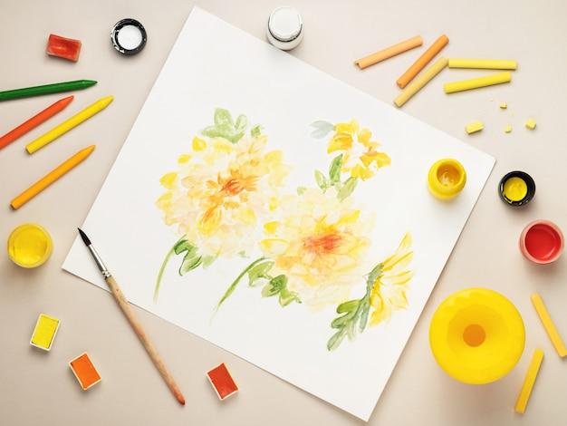 Bureau avec dessin de fleurs, fournitures de dessin. vue d'en-haut.