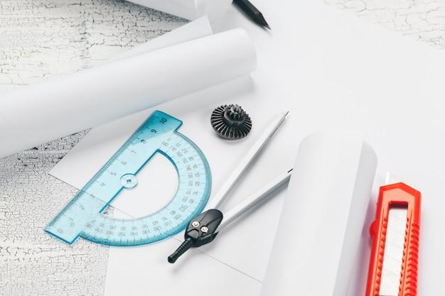 Bureau de dessin avec outils pour dessiner la vue de dessus