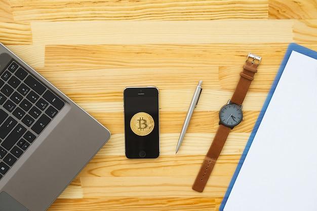 Bureau avec divers gadgets et fournitures de bureau