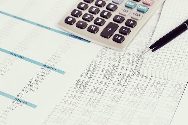 Bureau avec documents et comptes d'argent