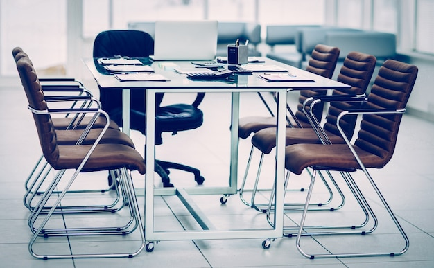 Bureau avec des documents préparés au début de la négociation commerciale. la photo a un espace vide pour votre texte