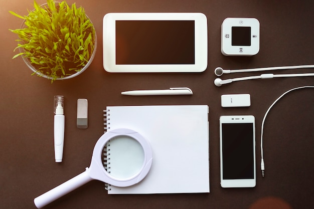 Bureau à domicile lieu de travail de bureau avec fournitures de bureau pour ordinateur portable et papeterie sur brun foncé