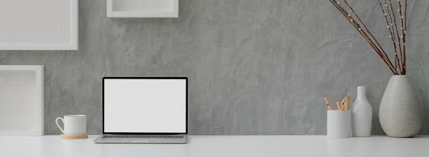 Bureau à domicile loft avec ordinateur portable et tasse à café