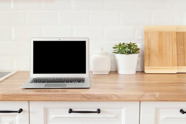 Bureau à domicile. travail à domicile. ordinateur moderne, ordinateur portable avec écran blanc