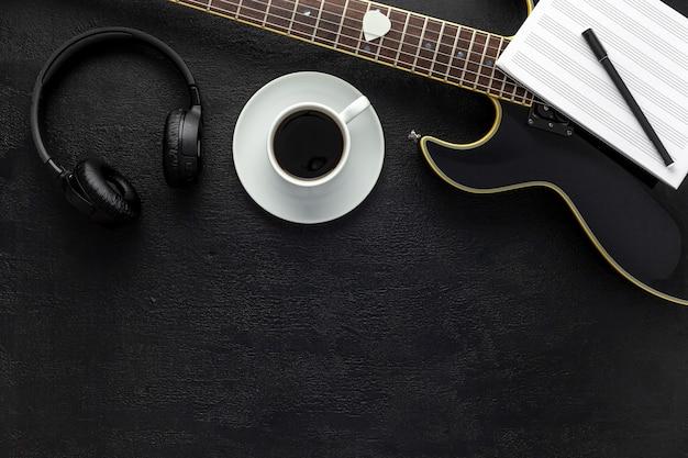 Bureau Du Musicien Pour Le Travail De L'auteur-compositeur Avec Casque Et Guitare Photo Premium