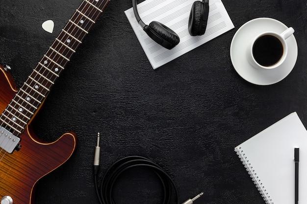 Bureau du musicien pour le travail de l'auteur-compositeur avec casque et guitare