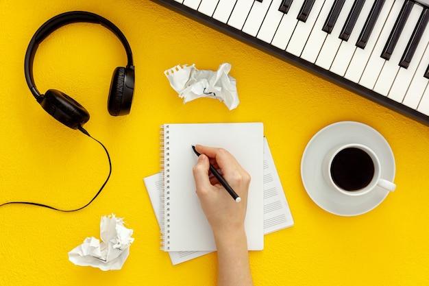 Bureau du musicien pour le travail de l'auteur-compositeur avec casque et synthétiseur