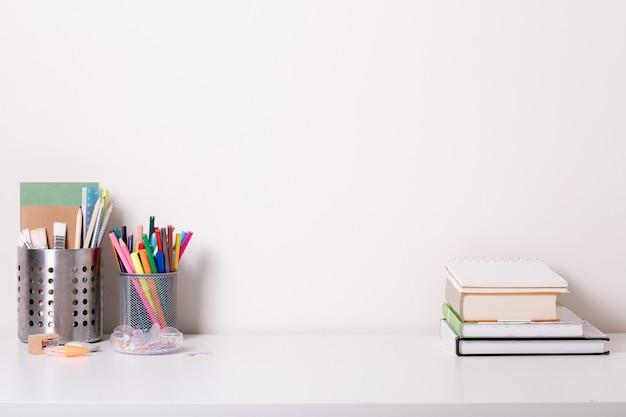 Bureau d'école dans un style moderne sur fond blanc. éducation à domicile. décor moderne. maquette.