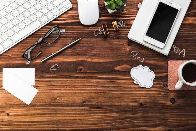 Bureau avec éléments de bureau
