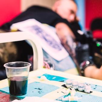 Bureau avec encre de tatouage en studio