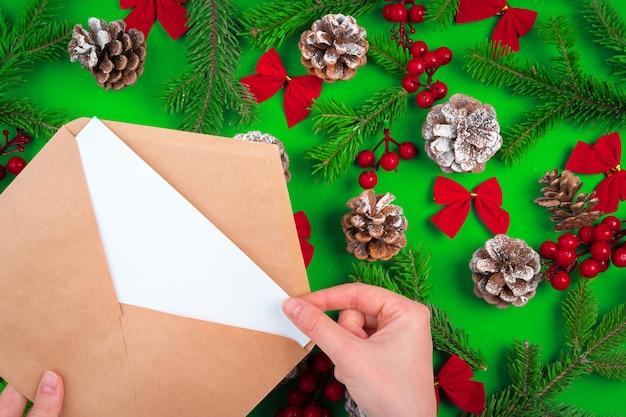 Bureau avec enveloppe et décorations de noël. lay plat. maquette