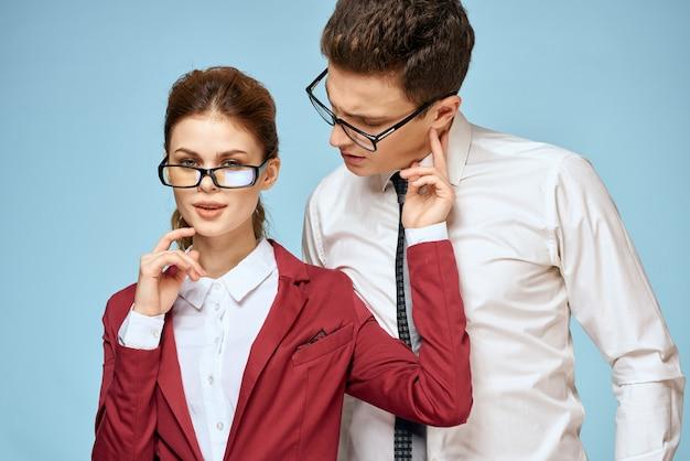 Bureau de l'équipe de bureau des fonctionnaires de jeune couple d'affaires bleu.