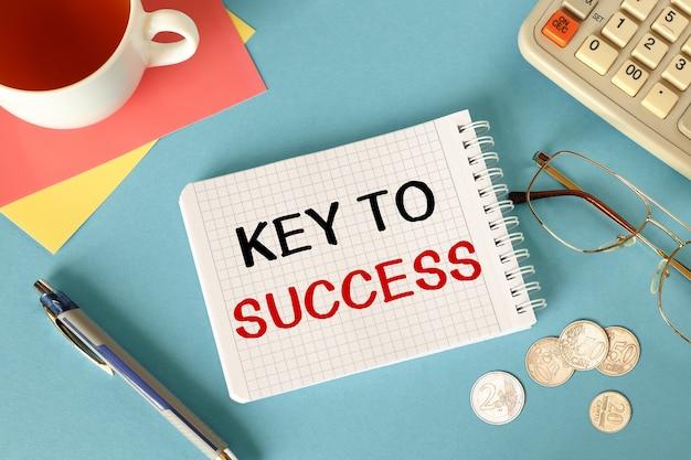 Bureau de l'espace de travail et cahier d'écriture clé du succès