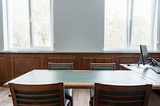 Bureau exécutif de luxe avec bureau et fauteuils