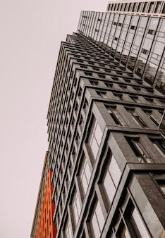 Bureau de façade en verre moderne de gratte-ciel de bâtiment et appartements privés contre le ciel