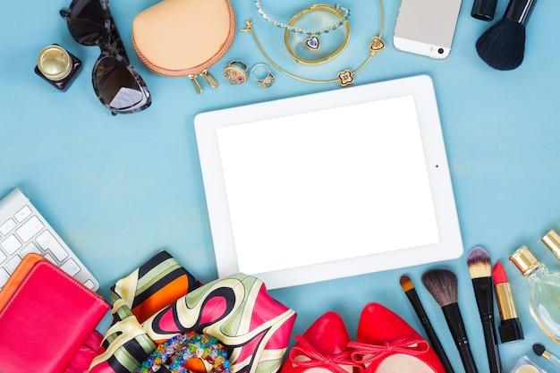 Bureau féminin de style - articles de mode femme sur fond en bois bleu, espace copie sur l'écran de la tablette