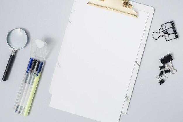 Bureau avec une feuille de papier