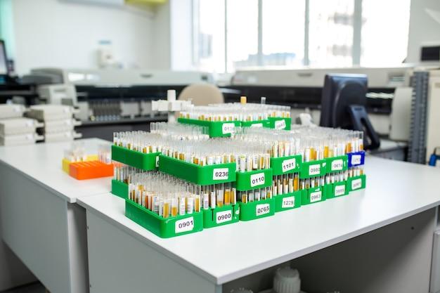 Bureau avec flacons de laboratoire et tubes à essai.