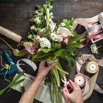 Bureau de fleuriste avec des outils de travail et des rubans