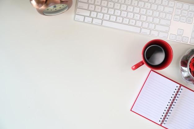 Bureau avec fournitures de bureau et espace de copie