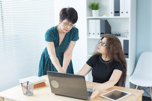 Bureau, gens d'affaires et concept de graphiste - femmes assises et discutant d'idées à la