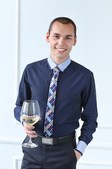 Bureau. homme heureux avec une coupe de champagne