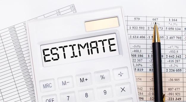 Sur le bureau, il y a des rapports, une calculatrice blanche avec le texte estimate sur le tableau de bord et un stylo. concept d'entreprise.