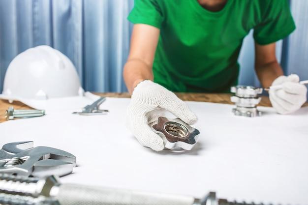 Bureau d'ingénieur contrôle de qualité industrielle un produit en acier et en métal