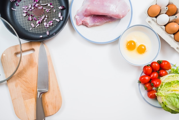 Bureau avec des ingrédients et des outils de cuisine