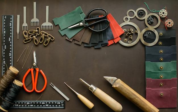 Le bureau de leathersmith. outils de travail en cuir sur une table de travail