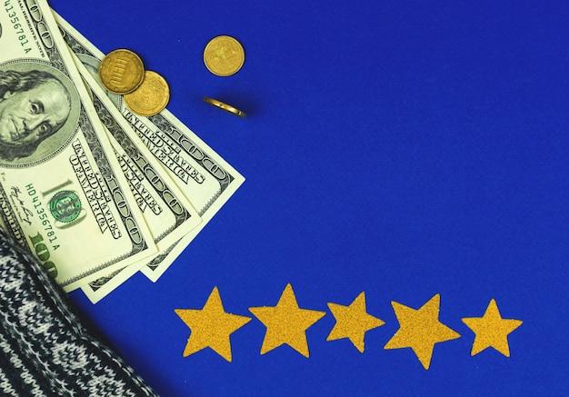 Bureau et lieu de travail avec de l'argent et des étoiles jaunes pour l'évaluation, photo d'arrière-plan à plat