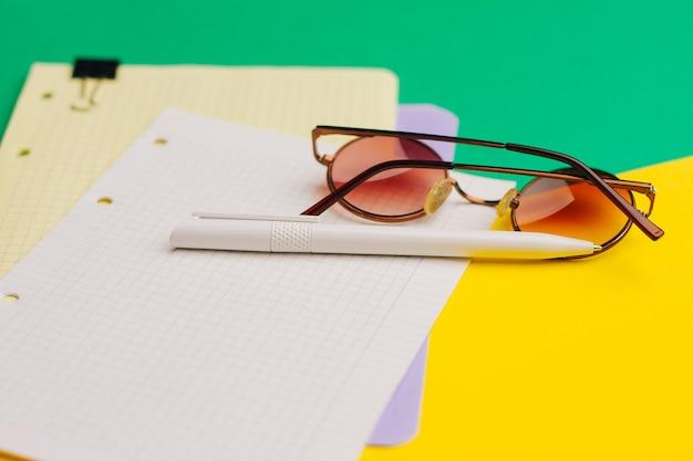 Bureau lunettes bloc-notes papier stylo le travail de bureau