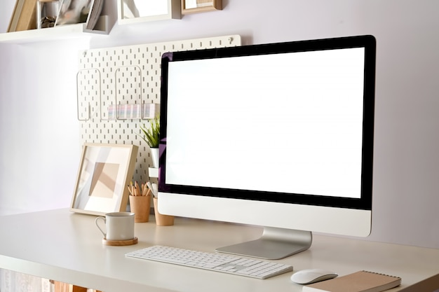 Bureau à la maison moderne, ordinateur de bureau maquette écran blanc sur espace de travail blanc