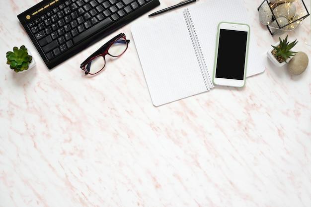 Bureau en marbre avec téléphone, clavier et ordinateur portable