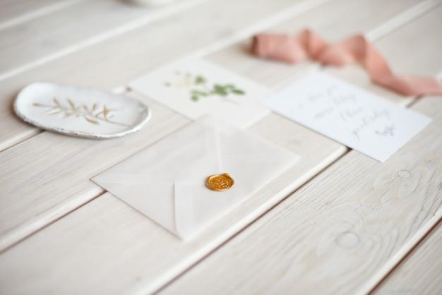 Bureau de mariage féminin avec carte papier vierge et branche d'eucalyptus populus sur table de table minable blanche. espace libre. stock photo stylisé, bannière web. mise à plat, vue de dessus.