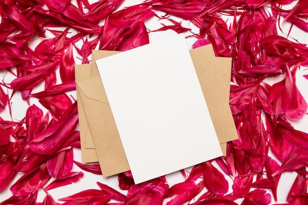 Bureau minimal avec enveloppe kraft
