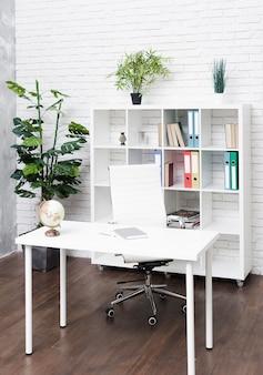 Bureau minimaliste moderne et lumineux