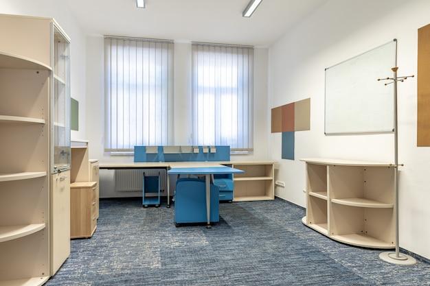 Bureau moderne équipé de mobilier de bureau dans le bâtiment