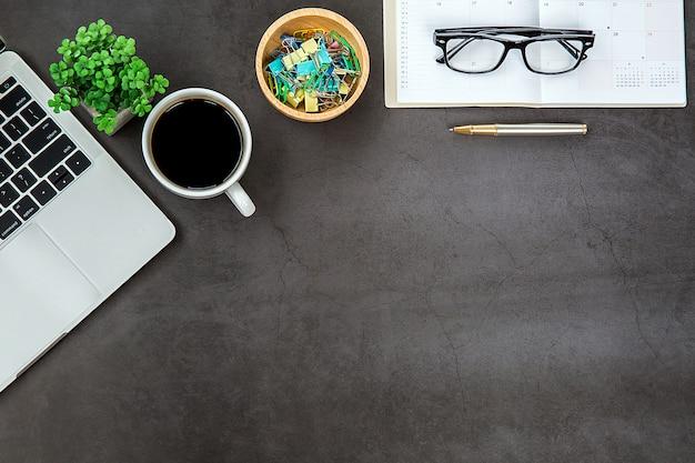Bureau moderne espace de travail avec ordinateur portable.
