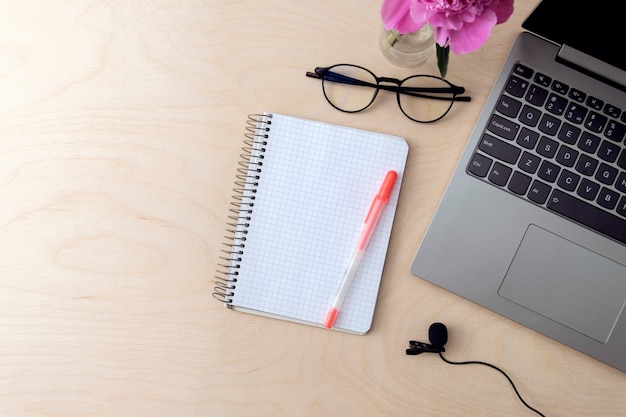 Bureau avec ordinateur, ordinateur portable, microphone pour enregistrement de podcast, formation, éducation.