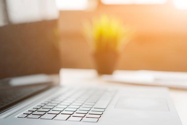 Bureau avec ordinateur portable et analytique