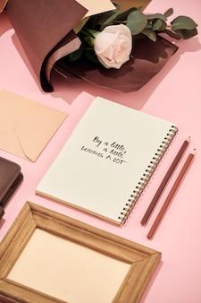 Bureau avec ordinateur portable, beau bouquet de roses sur rose
