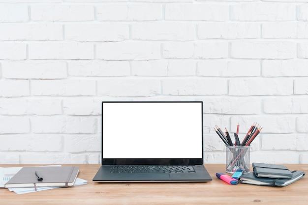 Bureau avec ordinateur portable et éléments de bureau