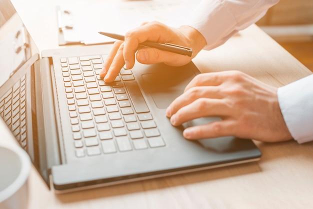 Bureau avec ordinateur portable et homme d'affaires