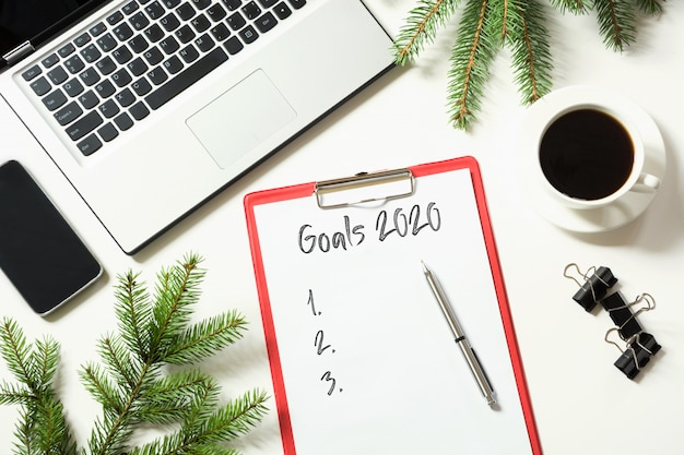 Bureau avec ordinateur portable et liste d'objectifs 2020
