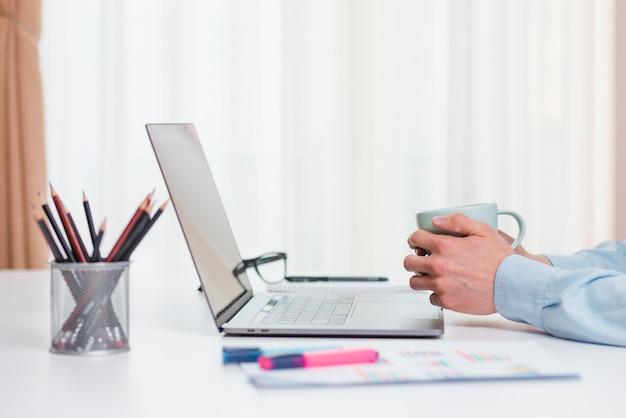 Bureau avec ordinateur portable et tasse à café