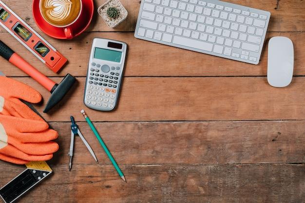 Bureau avec ordinateur, tasse de café et de l'équipement de l'ingénieur. vue de haut avec un espace de copie.