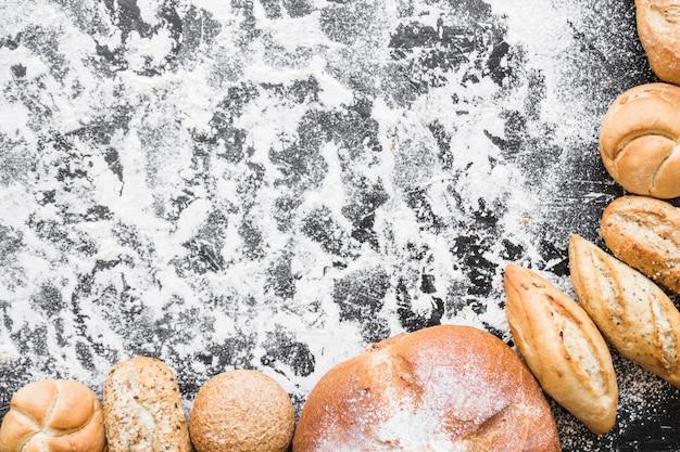 Bureau avec des pains de pain