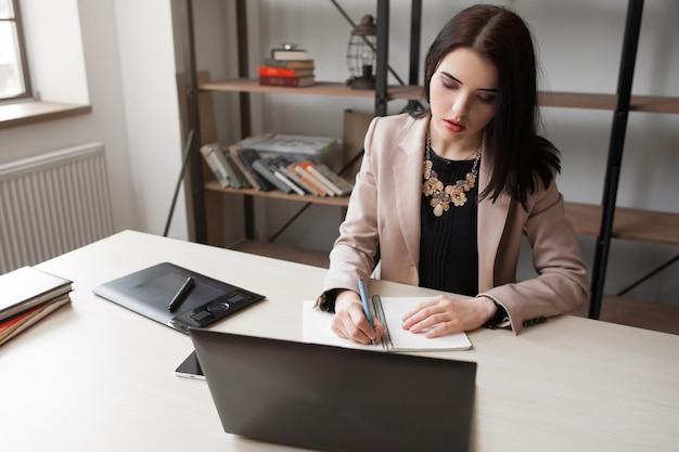 Bureau de papier à dessin femme designer
